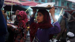 فتاة أفغانية تبيع الخبز خلال وقت متأخر بعد الظهر في شوارع مزار الشريف