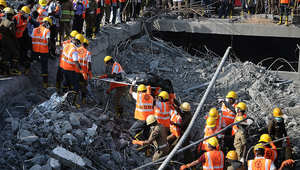 عمال إنقاذ في شيناي بالهند بعد انهيار مبنى جراء أمطار غريزة.