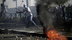 محتجون فلسطينيون يرشقون الشرطة الاسرائيلية بالحجارة احتجاجاً على مقتل محمد أبوخضير.