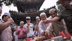 صائمون يفطرون في مسجد نيوجيه ببكين.