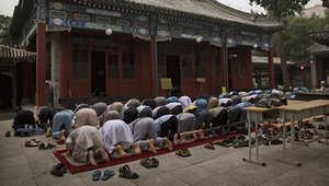رجال يصلون صلاة الجمعة في مسجد تانتشينغ في مقاطعة شاندونغ شرق الصين.