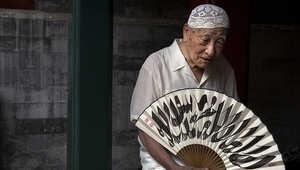 صيني ينتظر أول صلاة جمعة برمضان.