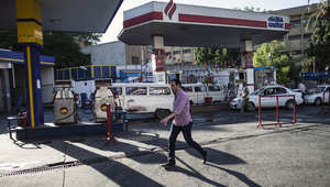 مصريون في محطة للوقود في القاهرة بعدما رفعت الحكومة أسعار الوقود بشكل كبير