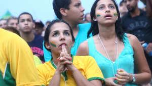 مشجعات برازيليات يشاهدن مباراة البرازيل وألمانيا على شاطئ كوباكابانا
