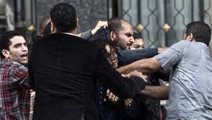 رجال الشرطة في مصر يعتقلون محتجين خلال مظاهرة نظمتها جماعة حقوق الإنسان