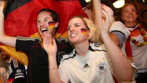 مشجعون ألمان يحتفلون بالفوز بالمباراة النهائية في كأس العالم لكرة القدم ضد الأرجنتين