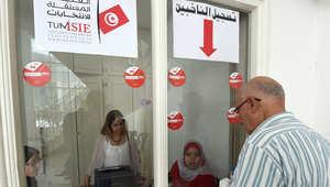 رجل تونسي يسجل اسمه للانتخابات البرلمانية والرئاسية المقبلة