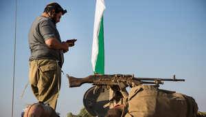 جندي إسرائيلي يقرأ صلاة الفجر على ناقلة جند مدرعة بالقرب من الحدود مع قطاع غزة