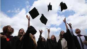 خريجون يحتفلون بتخرجهم من الجامعة