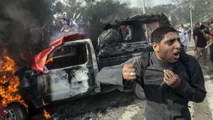النيران تشتعل بسيارة للشرطة خلال مظاهرة في القاهرة 1 ديسمبر/ كانون الأول 2013