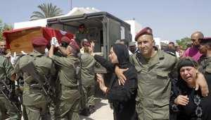 أقارب وزملاء عمور تليلي من الجيش التونسي يشيعون جنازته بعد مقتلة في اشتباكات مع مليشيات مسلحة في غار التين 27 يوليو/ حزيران 2014