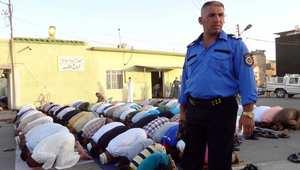 شرطي عراقي يتولى حراسة المصلين في مسجد بمدينة كركوك ذات العرقيات المختلطة في العراق