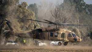مروحية عسكرية إسرائيلية تخلي الجنود الجرحى قرب الحدود مع غزة
