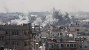 الدخان يتصاعد من رفح بعد غارة إسرائيلية