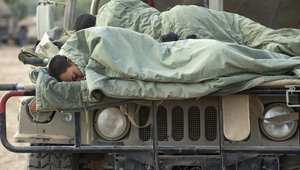 استراحة للجنود الإسرائيليين على مقدمة السيارة قرب الحدود مع غزة