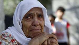 عجوز فلسطينية تبكي منزلها الذي دمرته غارة إسرائيلية على قطاع غزة