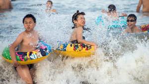 السباحة وسيلة للهروب من الحرارة ، الصين 2013