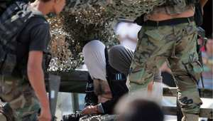 جنديان من الجيش اللبناني يعتقلان مشتبها فيهما بالانتماء إلى الجهاديين، في عرسال بسهل البقاع اللبناني