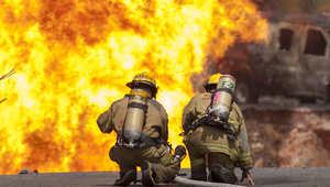 من الأرشيف- رجال الإطفاء يكافحون حريقا نجم عن انفجار أنبوب للغاز في مكسيكو سيتي، أغسطس/ آب 2014