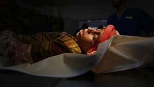 جثة الطفل الفلسطيني البالغ من العمر 10 سنوات، والذي قتل في غارة إسرائيلية على حي الشيخ رضوان بمدينة غزة الجمعة، بعد انتهاء الهدنة