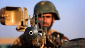 مقاتل من قوات البيشمرغة على نقطة تفتيش إلى الغرب من أربيل