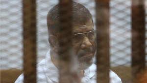 الرئيس المصري السابق محمد مرسي في قفص الاتهام في إحدى جلسات محاكمته بقضية السجون 18 أغسطس/ آب 2014
