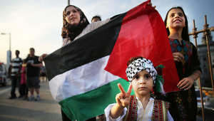 طفل فلسطيني يشارك في مظاهرة احتجاجا على استمرار الحملة العسكرية الإسرائيلية في غزة