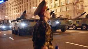 جندي يرقب استعراض عسكري في وسط كييف بيوم الاستقلال الأوكراني