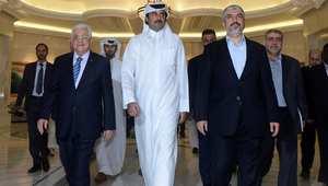 من اليسار محمود عباس رئيس السلطة الوطنية الفلسطينية، تميم بن حمد أمير قطر، وخالد مشعل رئيس المكتب السياسي لحركة حماس في الدوحة 21 أغسطس/ آب 2014