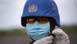 جندي تابع للأمم المتحدة يحمل سيارة بمواد طبية لعلاج الإيبولا في ليبيريا