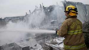 رجل إطفاء يعمل على احتواء حريق نجم عن الزلزال في مدينة نابا بولاية كاليفورنيا 24 أغسطس/ آب 2014