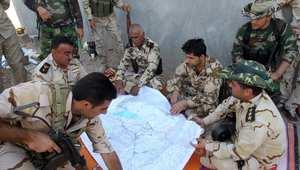 مقاتلون من البيشمرغة الكردية، يستغرضون خريطة قرب منطقة جلولاء التي كانت تسيطر عليها داعش 25 أغسطس/ آب 2014