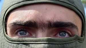 متطوع أوكراني قبيل مغادرة كتيبته العاصمة كييف إلى جبهات القتال