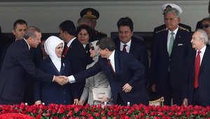 الرئيس التركي المنتخب حديثا رجب طيب أردوغان يصافح رئيس الوزراء المعين حديثا أحمد داود أوغلو