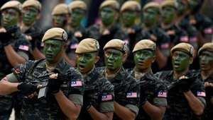 كوالالمبور، ماليزيا- جنود مشاركون في العرض العسكري بمناسبة الاحتفال باليوم الوطني لماليزيا 31 أغسطس/ آب 2014