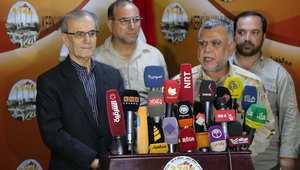محافظ كركوك ورئيس لجنة الأمن نجم الدين عمر (يسار) ووزير النقل هادي العامري (يمين) في مؤتمر صحفي مشتك في كركوك شمال العراق بعد يوم من دحر مقاتلي داعش الذين كانوا يحاصرون المدينة.