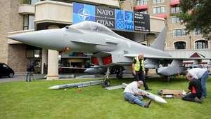 ويلز، المملكة المتحدة -- حرفيون يقومون بصنع نموذج لطائرة تايفون المقاتلة، بحجمها الطبيعي أمام أحد الفنادق التي تستضيف قمة حلف الناتو 3 سبتمبر/ أيلول 2014