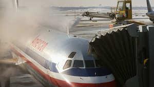 إزالة الجليد عن متن طائرة تابعة للخطوط الجوية الأمريكية