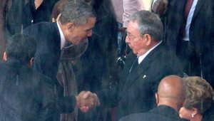 مصافحة سابقة بين الرئيس الأمريكي باراك أوباما، والرئيس الكوبي راؤول كاسترو في تأبين رئيس كوريا الجنوبية الراحل نسلون مانديلا، جوهانسبيرغ، 10 ديسمبر/ كانون الأول 2013