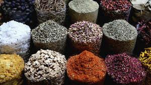 بين الزعفران الأحمر والهيل الأخضر..صور في سوق التوابل في دبي