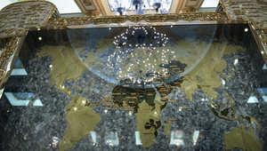 صورة مأخوذة في القصر الملكي السعودي في جدة تظهر قطعة من عمل فني مع خريطة العالم الإسلامي