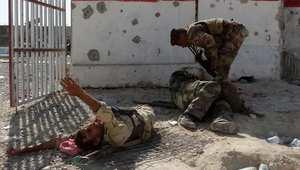 مقاتل من الجيش العراقي يساعد رفاقه المصابين في معركة مع داعش بمدينة حديثة بمحافظة الأنبار 7 سبتمبر/ أيلول 2014