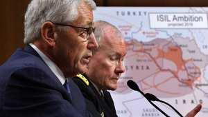 وزير الدفاع الأمريكي تشاك هاغل (يسال) مع الجنرال مارتن ديمبسي في مبنى الكونغرس