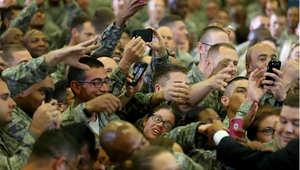 جنود من القيادة الوسطى للجيش الأمريكي يحيون الرئيس باراك أوباما خلال زيارته لقاعدة ماك ديل الجوية 17 سبتمبر/ أيلول 2014