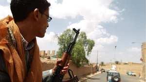 مسلح يمني من أنصار عبدالملك الحوثي في عربة حراسة مرافقة لموكب جمال بنعمر الوسيط الدولي لدى وصوله غلى صعده 17 سبتمبر/ أيلول 2014