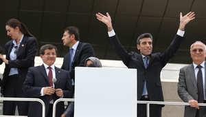 القنصل التركي في الموصل يحيي الناس بعد خطاب لرئيس الوزراء أحمد داوود أوغلو بعد انتهاء قضية الرهائن الذين كانوا محتجزين في شمال العراق