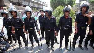 رجال أمن مصريون عند نقطة تفتيش بعد تفجير خارج مبنى وزارة الخارجية 21 سبتمبر/ أيلول 2014