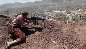 عنصر من الحوثيين في قاعدة للجيش اليمني التي استولوا عليها دون مقاومة قبل ساعات فقط من التوقيع على اتفاق سلام