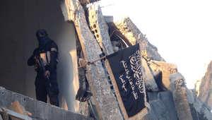مقاتل من جبهة النصرة بالقرب من خط المواجهة مع القوات السورية في مخيم اليرموك للاجئين الفلسطينيين