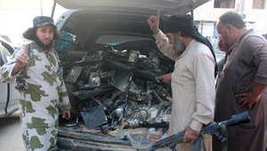 مقاتلو داعش يحمّلون سيارة بأجزاء من برج اتصالات قالوا إن طائرة أمريكية بدون طيار دمرته في الرقة
